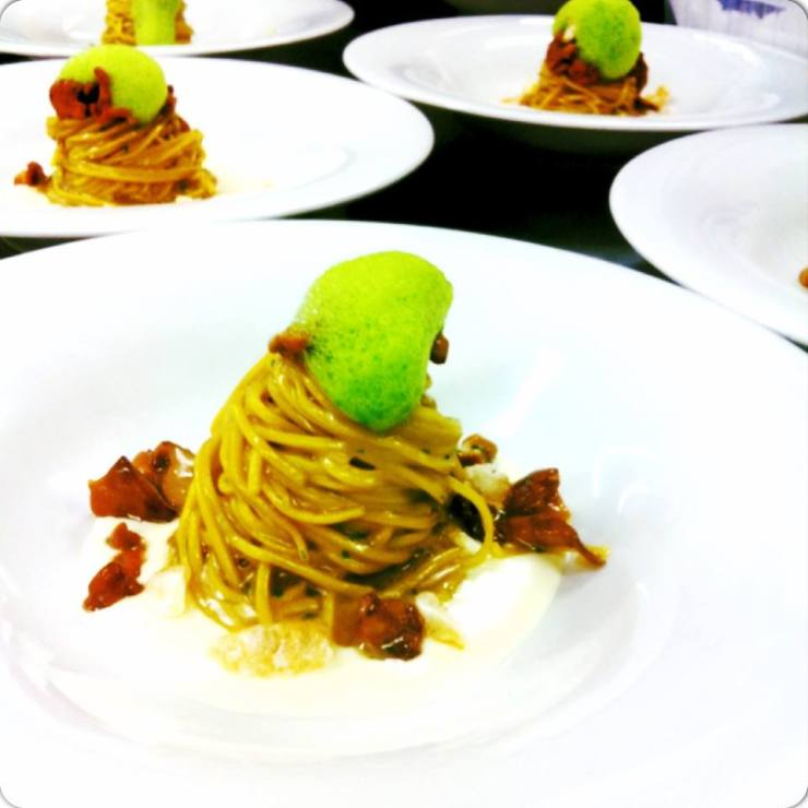 Tagliolini di pasta fresca allo zafferano con salsa al trentingrana schiuma di levistico finferli e pelle di maiale soffiata