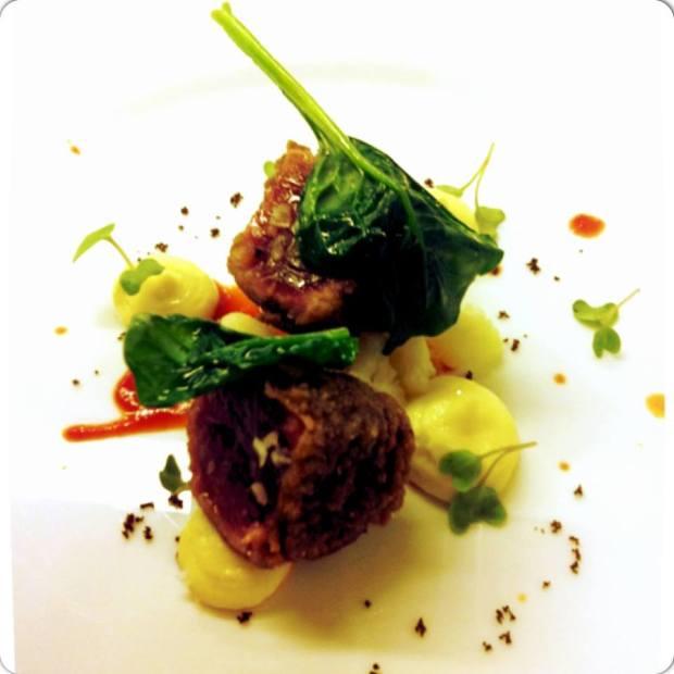 tonno in crosta di olive con maionese di cavolfiori ed estratto di pomodoro